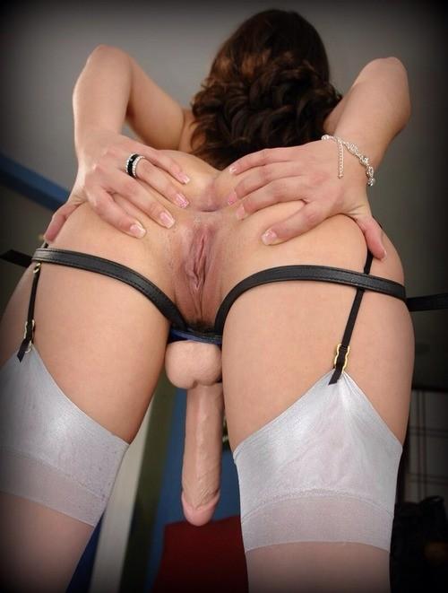 дырочки девушки со страпоном