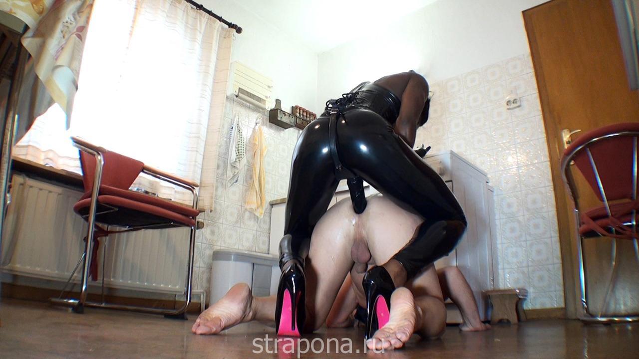 lateks-strapon-anal