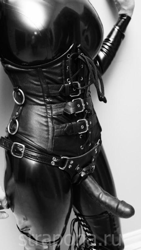 госпожа во всём кожанном и черно и с с чёрным страпом