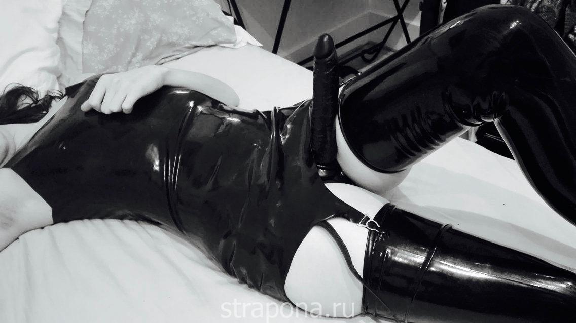 гладкий чёрный страпон